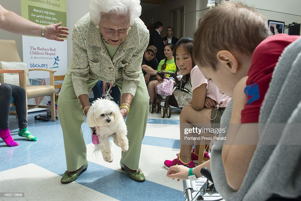 former-first-lady-barbara-bush-shows-her-dog-minime-to-imeley-zahng-picture-id453212856