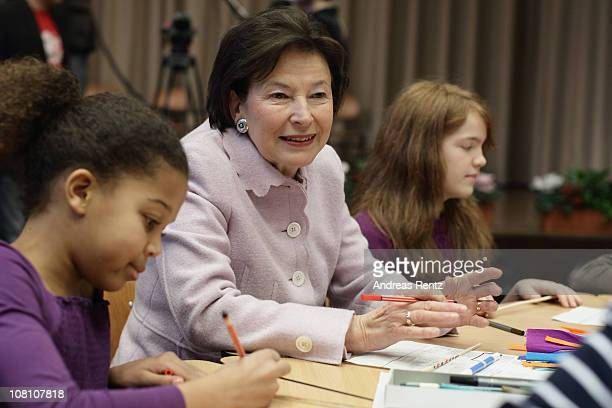 Former First Lady Eva Luise Koehler visits the Lietzensee school on January 18 2011 in Berlin Germany Bettina Wulff takes over the UNICEF patronage...