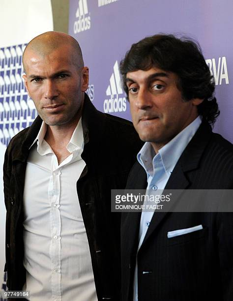 Former football players French Zinedine Zidane and Uruguayan Enzo Francescoli pose in Madrid on March 15 2010 during the presentation of the...