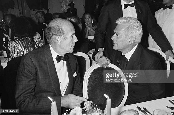 Former French President Valery Giscard d'Estaing is seen talking with US actor Tony Curtis during a gala diner at the 'Hôtel des Ambassadeurs' during...