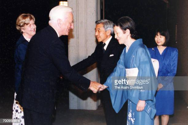 Former German President Richard von Weizsaecker and his wife Marianne are welcomed by Emperor Akihito Empress Michiko and Princess Sayako prior to...