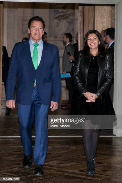Former Governor of the US State of California Arnold Schwarzenegger arrives with the mayor of the city of Paris Anne Hidalgo to give a press...