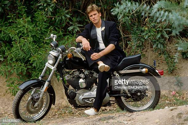 Former hockey playerturnedactor Richard Dean Anderson known for his role in TV series MacGyver at home
