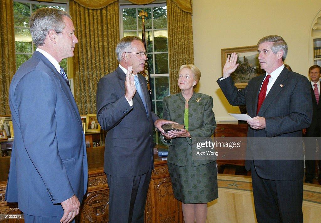 Porter Goss Sworn In As New CIA Director : Nachrichtenfoto
