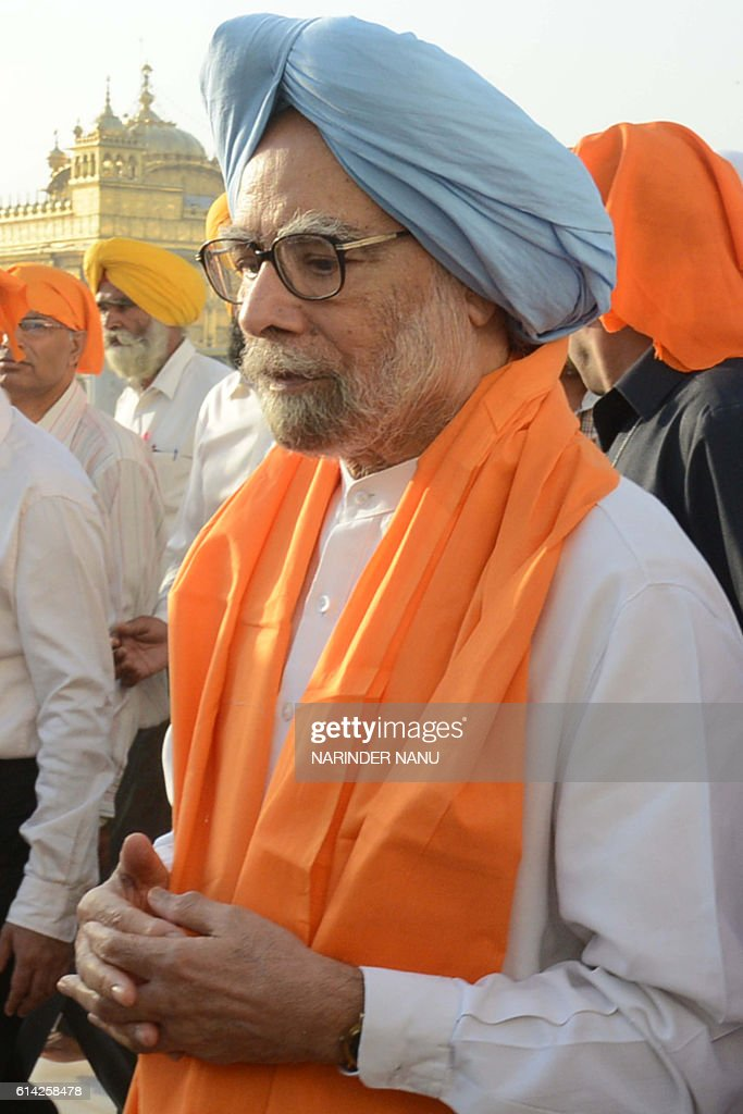 Former Indian Prime Minister Manmohan Singh pays his respects at the Golden temple in Amritsar on October 13 2016 / AFP / NARINDER NANU