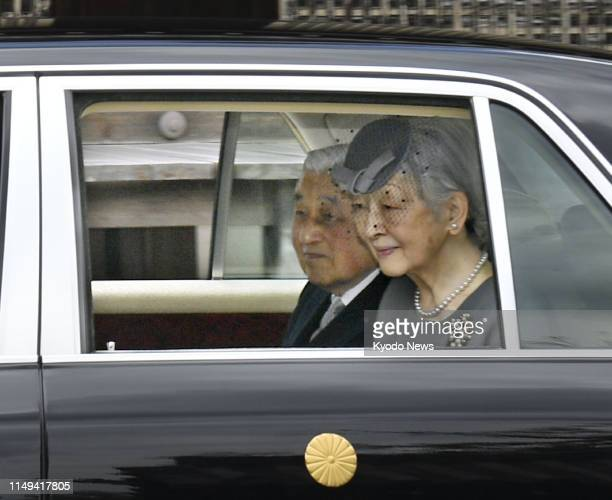 Former Japanese Emperor Akihito and former Empress Michiko arrive at Senyuji, a temple in Kyoto, on June 12 to offer prayers at the mausoleum of...