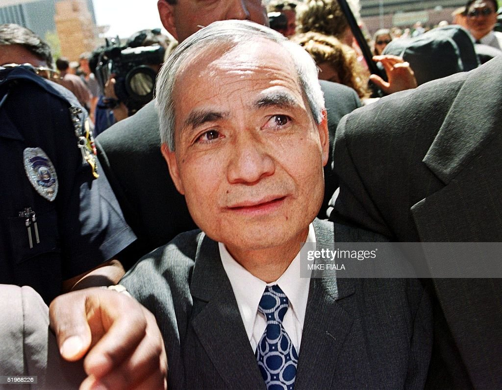 Former Los Alamos nuclear scientist Wen Ho Lee (C) : News Photo