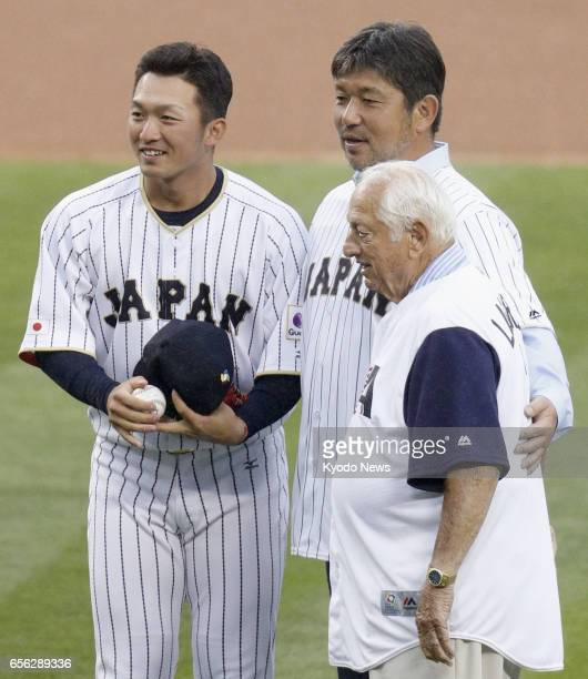 Former Los Angeles Dodgers pitcher Hideo Nomo poses for photos with former Dodgers manager Tommy Lasorda and Seiya Suzuki of Japan's World Baseball...
