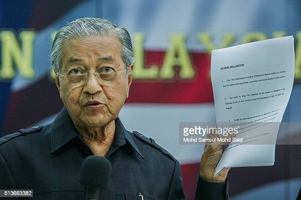 """Former Malaysian prime minister Mahathir Mohamad shows a citizens' declaration document during a news conference """"Save Malaysia"""" signing of the..."""