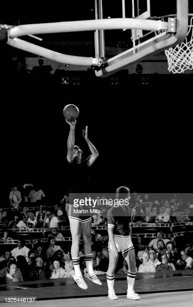 Former NBA player of the New York Knicks Dave DeBusschere shoots as he and American singer, composer, actor, writer, television personality,...