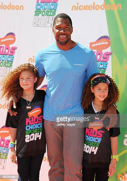 Former NFL player Michael Strahan and daughters Isabella Strahan and Sophia Strahan attend Nickelodeon Kids' Choice Sports Awards 2014 at Pauley...