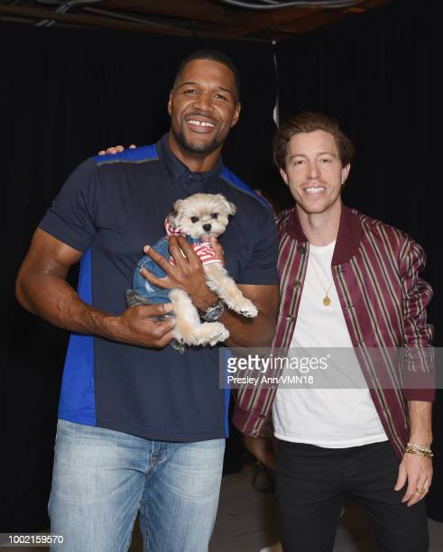 Former NFL player Michael Strahan Leroy Brown aka Leroy The Good Boy and snowboarder Shaun White pose in the Green Room at the Nickelodeon Kids'...