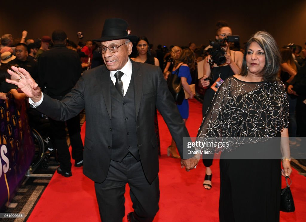 Former NHL player Willie O'Ree (L) greets fans as he arrives at the 2018 NHL Awards presented by Hulu at the Hard Rock Hotel & Casino on June 20, 2018 in Las Vegas, Nevada.