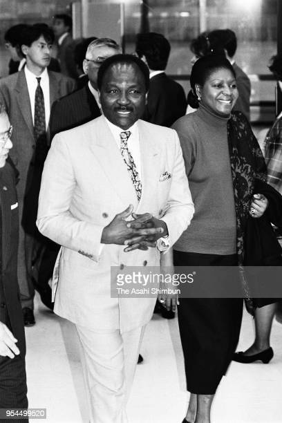 Former Nigeria's head of state Yakubu Gowon and his wife Victoria are seen on arrival at Narita Airport on November 9, 1990 in Narita, Chiba, Japan.