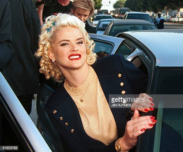 Former Playboy pinup and Guess jeans model Anna Nicole Smith departs the Roybal Building in downtown Los Angeles 29 October 1999 after she testified...