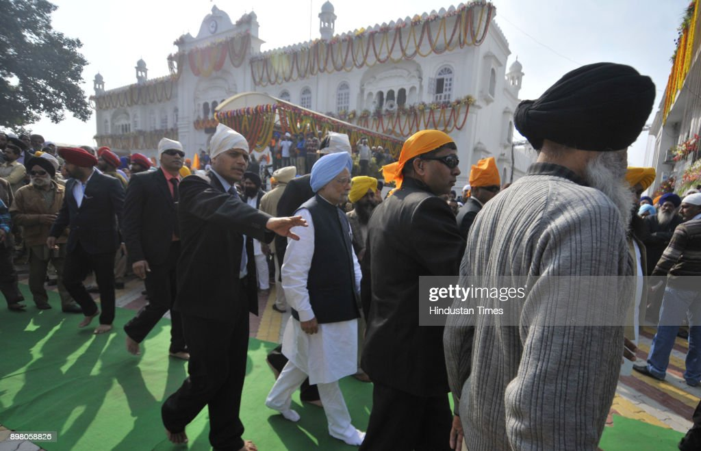 Former PM Manmohan Singh along with CM Punjab Amrinder Singh and other congress leaders at Takht Shiri Keshgarh Sahib during the 350 year of Guru...