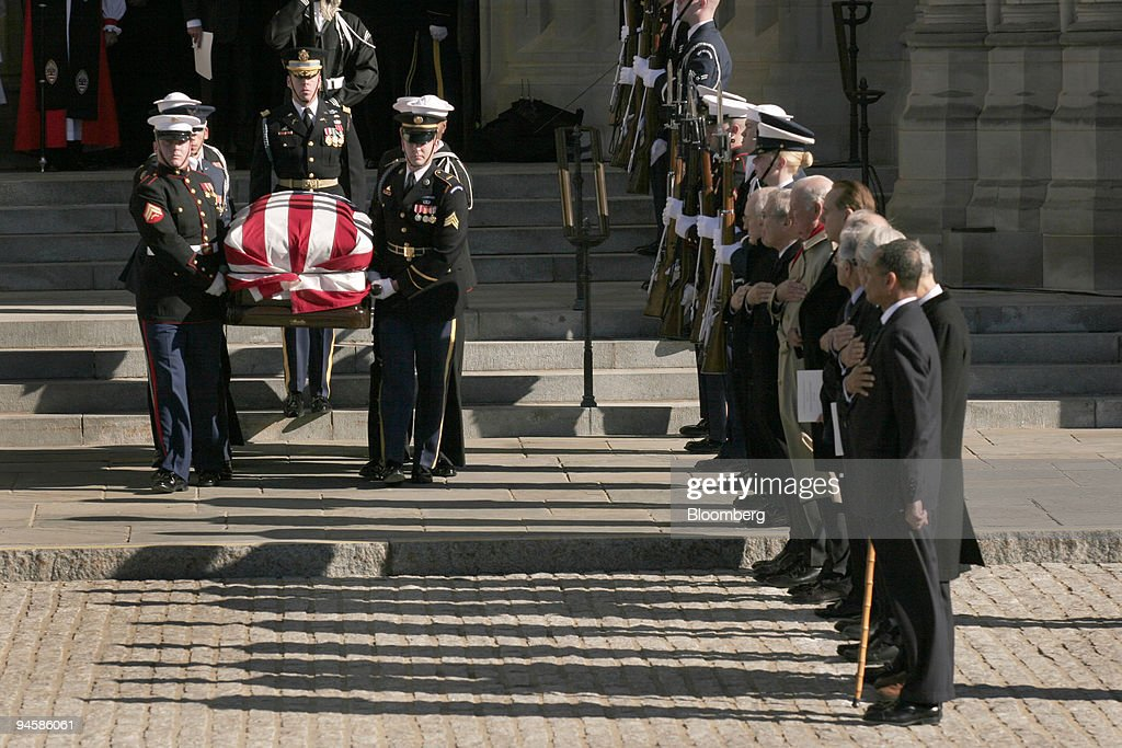 Former President Gerald Ford's casket departs the National C : News Photo