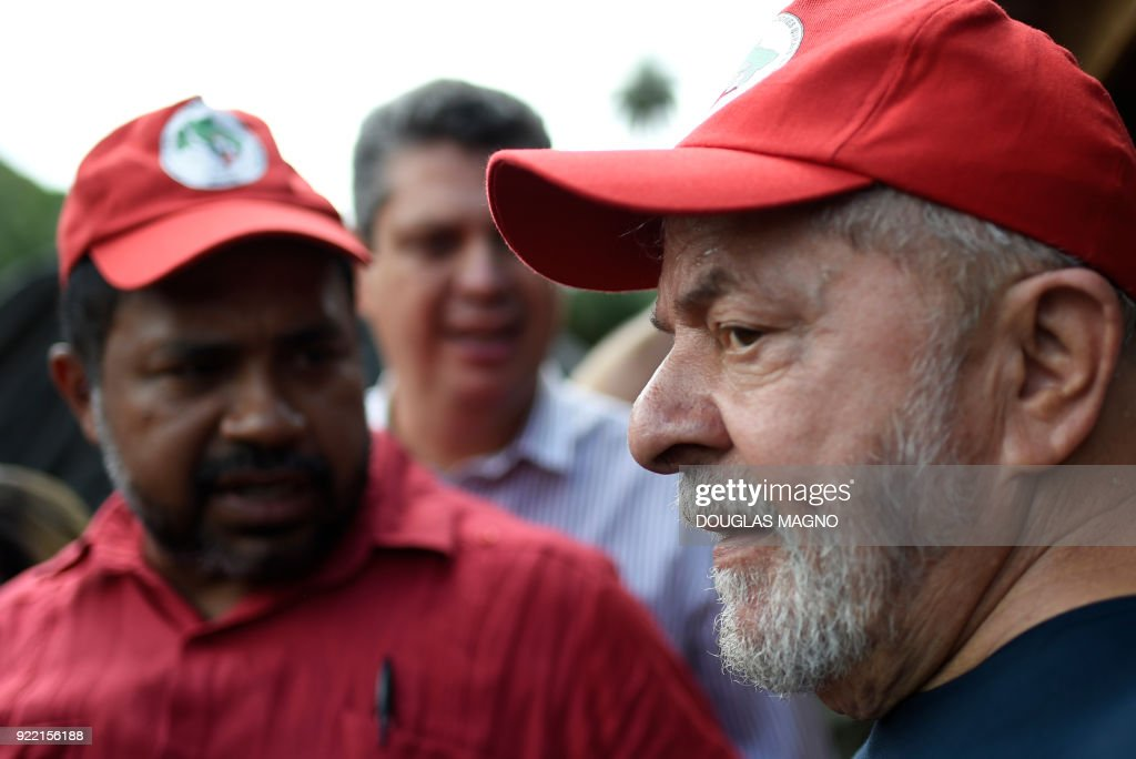 Former president of Brazil, Luiz Inacio Lula da Silva(C) chats with members of the Landless Workers Movement (MST)at their camp on the municipality of Itatiaiucu, metropolitan region of Belo Horizonte in the state of Minas Gerais on February 21, 2018. Brazil's former leftist president Luiz Inacio Lula da Silva made yet another appeal against a 12 year prison sentence for corruption that could knock him out of an attempted comeback election. /