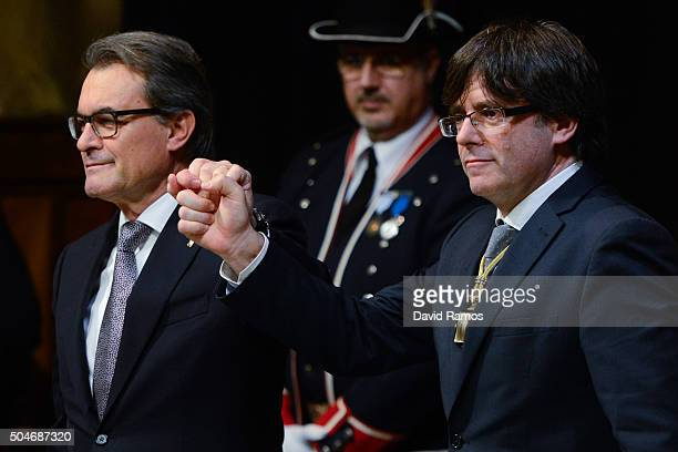 Former President of Catalonia Artur Mas and new president Carles Puigdemont shakes hands at the Generalitat Palace house of the Catalan government on...