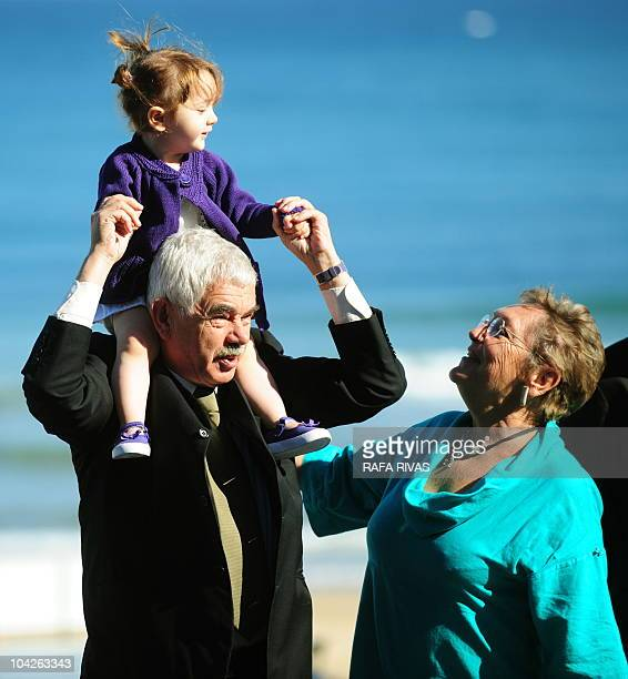 Former president of the Catalan government Pasqual Maragall poses with his grandaughter Maya and his wife Diana Garrigosa during a photocall after...