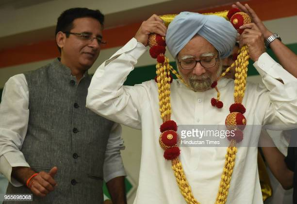 Former Prime Minister of India Manmohan Singh and Randeep Surjewala Congress spokesperson during a press conference at KPCC on May 7 2018 in...