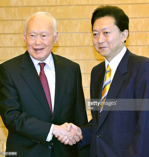 Former Prime Minister of Singapore Lee Kuan Yew is welcomed by Japanese Prime Minister Yukio Hatoyama on May 21 2010 in Tokyo Japan Lee Kuan Yew is...