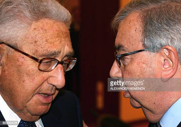 Former Russian premier Yevgeny Primakov talks to former US Secretary of State Henry Kissinger after a press conference in Moscow on March 20, 2009....