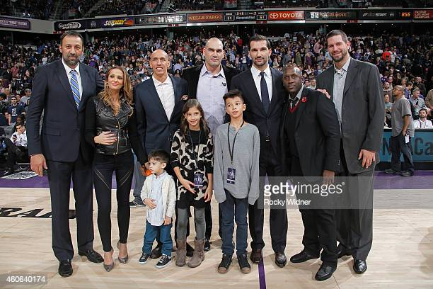 Former Sacramento Kings players Vlade Divac Doug Christie Scot Pollard Bobby Jackson and Brad Miller pose for a photo with Peja Stojakovic his wife...