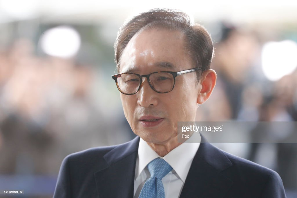Former South Korean President Lee Myung-bak (C) arrives at the Seoul Central District Prosecution Office for questioning on March 14, 2018 in Seoul, South Korea. Former South Korean President Lee Myung-bak is summoned by prosecutors for questioning of bribery and embezzlement.