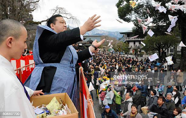 Former Sumo wrestler Kaio scatters beans during the Setsubun festival at the Minobusan Kuonji Temple on February 3 2016 in Minobu Yamanashi Japan The...