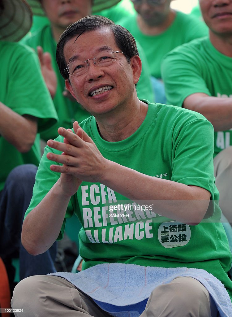 Former Taiwan premier Frank Hsieh takes part in an anti-ECFA (Economic Cooperation and Framework Agreement) demonstration outside the Parliament in taipei on May 21, 2010. Hundreds of supporters of Taiwan's major pro-independence opposition rallied in the island's capital against the government's proposed trade pact with China. AFP PHOTO/Sam YEH
