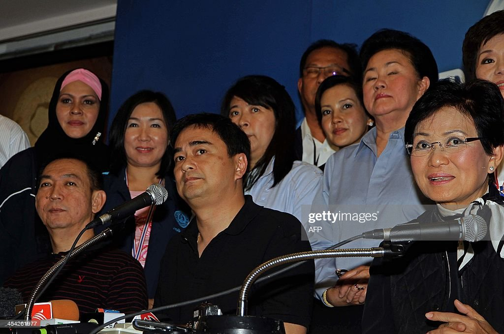 Former Thai Prime Minister and opposition leader Abhisit Vejjajiva (C) addresses a news conference at the Democrat Party headquarters in Bangkok on December 8, 2013. Thai opposition lawmakers resigned en masse from parliament on December 8, deepening the kingdom's political crisis as anti-government protesters vowed a final showdown despite an election offer from the embattled prime minister.