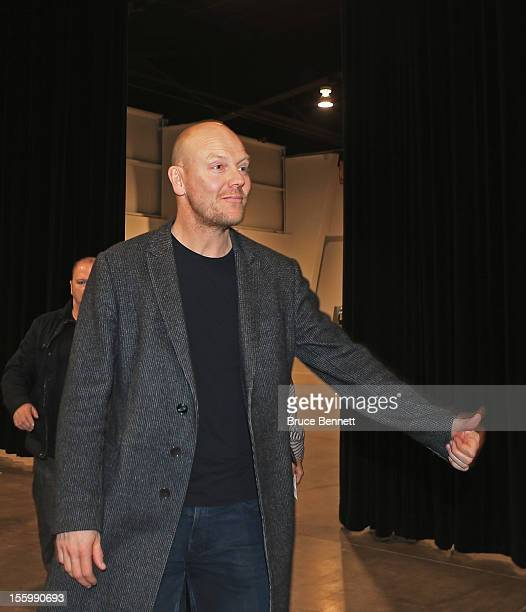Former Toronto Maple Leaf captain Mats Sundin gives fans the thumbs up as he arrives for autograph session at the Sports Card and Memorabilia Expo at...