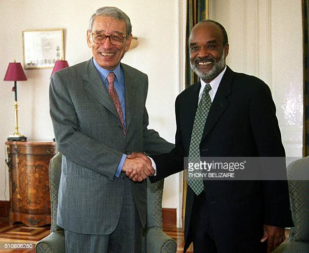 Former UN Secretary General Boutros Ghali greets Haitian President Rene Preval El exSecretario General de las Naciones Unidas y actual Secretario...