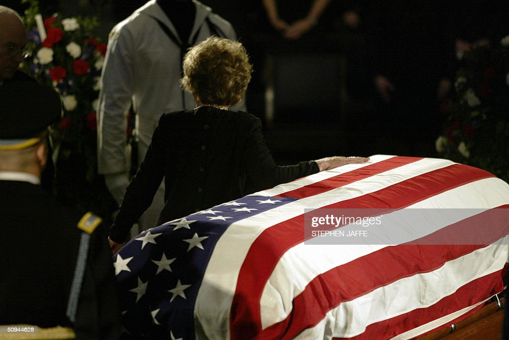 Former US First Lady Nancy Reagan turns to leave the casket bearing the remains of her husband, former US President Ronald Reagan 09 June, 2004 in the Rotunda of the US Capitol Building in Washington, DC during a state funeral ceremony. Reagan's body will lie in state in the Rotunda until 11 June. AFP PHOTO/ Stephen JAFFE/bp