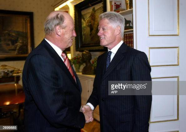 Former US president Bill Clinton shakes hand with Norwegian King...  Nyhetsfoto - Getty Images