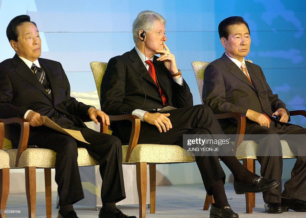 Former US president Bill Clinton (C) sits with former South Korean presidents Kim Young-Sam (L) and Kim Dae-Jung (R) during a party celebrating the publication of his autobiography 'My Life' in Seoul on 24 February 2005.