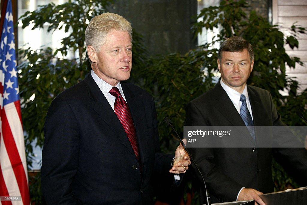 Former US president Bill Clinton (L) tal : News Photo