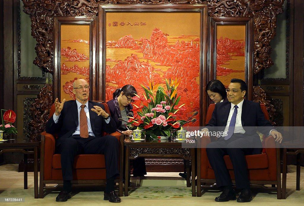 Former U.S. Treasury Secretary Henry Paulson (L) talks with China's Premier Li Keqiang during a meeting at the Zhongnanhai compound on November 7, 2013 in Beijing, China.