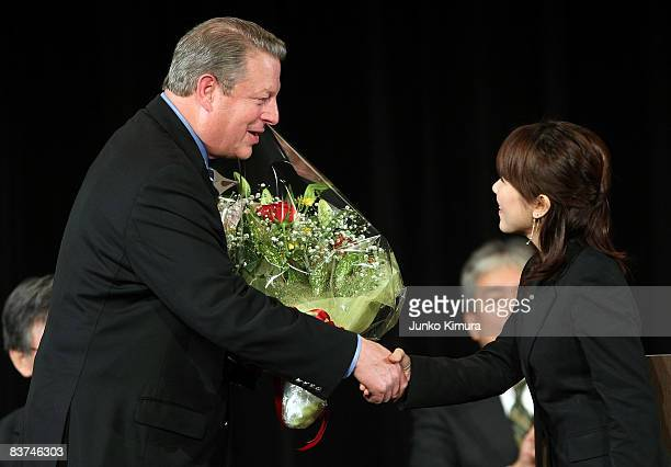 Former US Vice President and 2007 Noble Peace Prize Laureate Al Gore is greeted by a student upon receiving an honorary doctorate at Waseda...