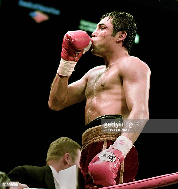 Former Welterweight Champion Oscar De Hoya from Los Angeles celebrates after beating Aturo Gatti, from New Jersey, in a 5th round TKO 24 March 2001...