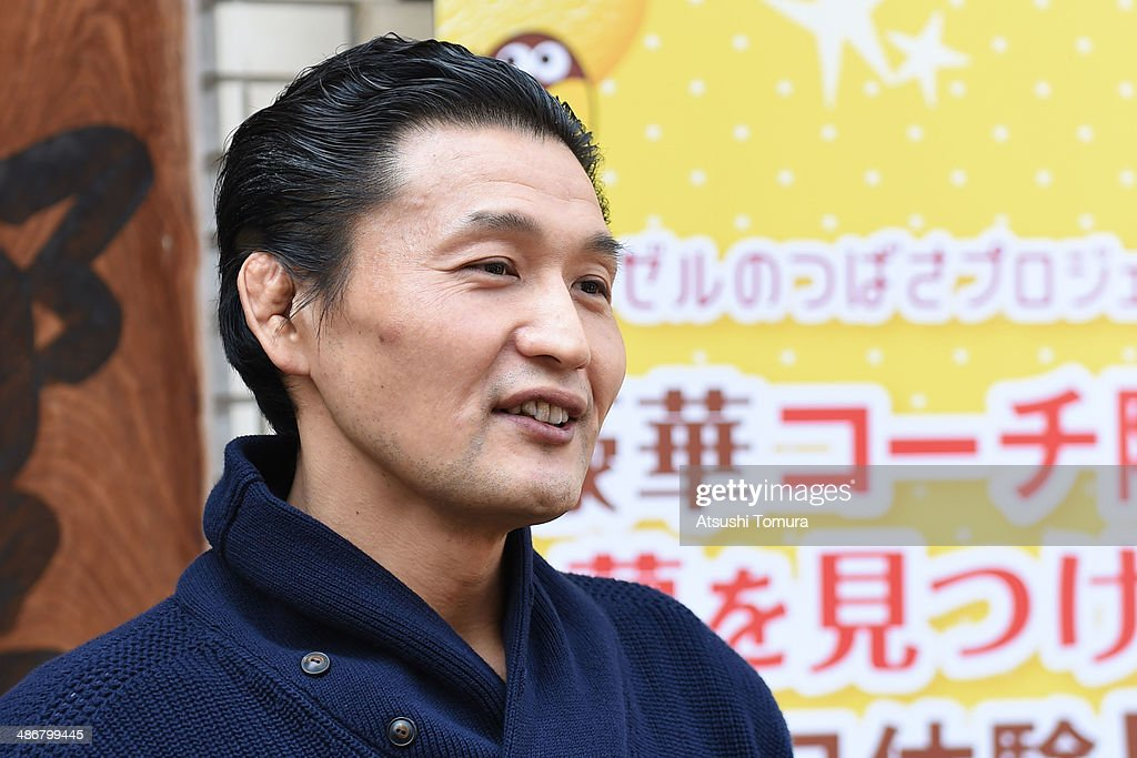 Children Learn How to Sumo Wrestle With Former Yokozuna Takanohana : ニュース写真