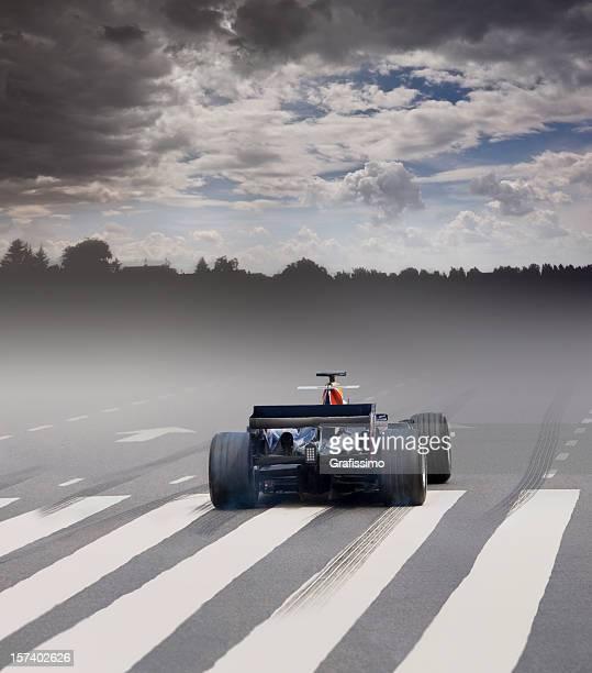 Formel 1 Auto mit Nebel an der Startlinie