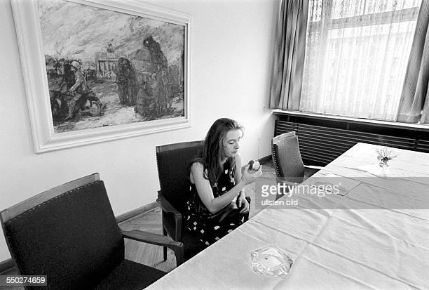 Forschungs und Gedenkstaette in der Normannenstrasse Besucherin an einem Konferenztisch