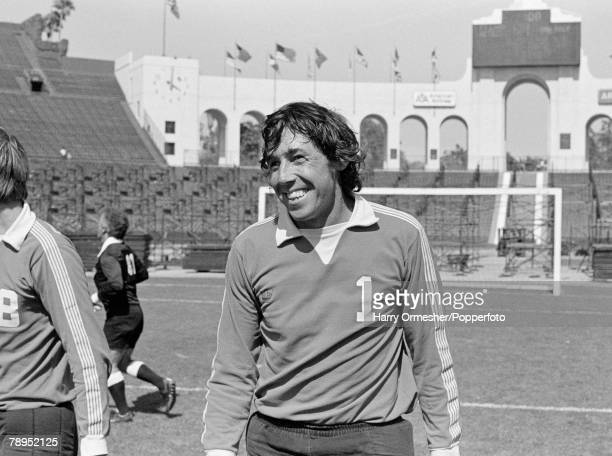 Football 17th July 1977 Los Angeles Colloseum USA LA Aztecs 1 v Fort Lauderdale 3 Fort Lauderdale goalkeeper Gordon Banks in happy mood during a line...