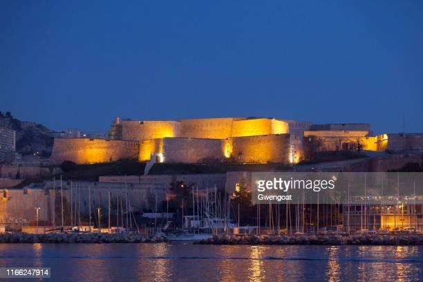 fort saint-nicolas en marsella por la noche - gwengoat fotografías e imágenes de stock