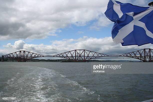 forth rail und road brücken mit schottischen flagge - scotland stock-fotos und bilder