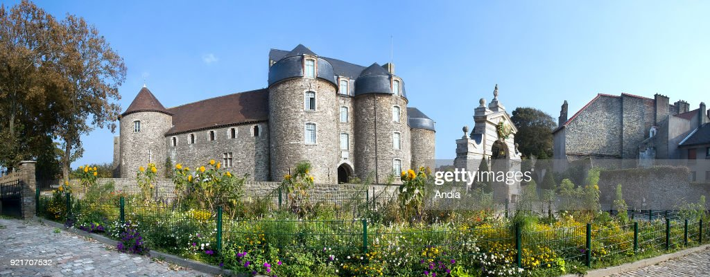 Fortified entrance to the museum-castle of Boulogne-sur-Mer or Chateau d'Aumont, former medieval fortress.