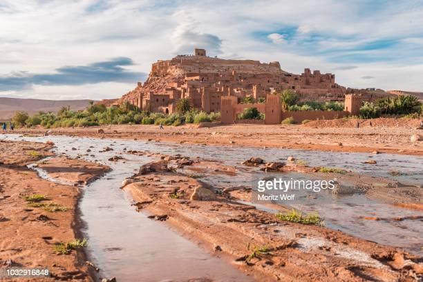 fortified village, residences of the kasbah ait benhaddou, high atlas, ksar ait benhaddou, ouarzazate province, souss-massa-draa, morocco - flussbett stock-fotos und bilder