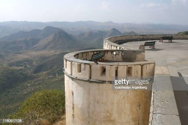 fortified wall, udaipur, india - argenberg stock-fotos und bilder